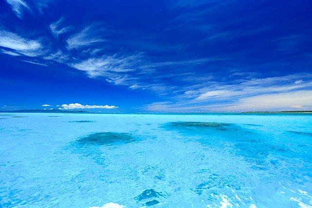 蛍光ブルーのような黒島の海の色