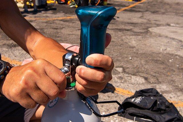 アナライザーを使って、シリンダーの酸素の割合をチェック。