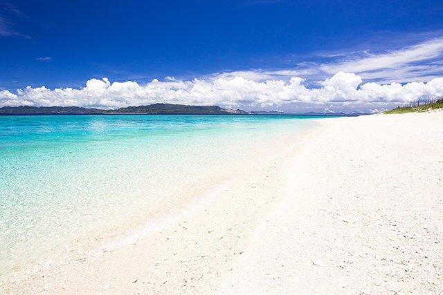 真っ白な砂が美しいビーチ