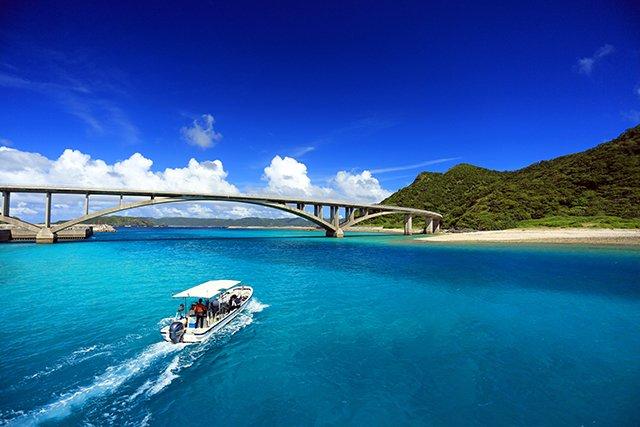 橋の下を通るボート