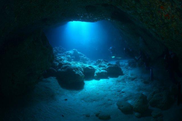 幻想的な洞窟に差し込む光