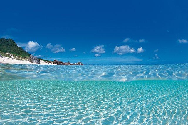 白砂にうつる水面の光