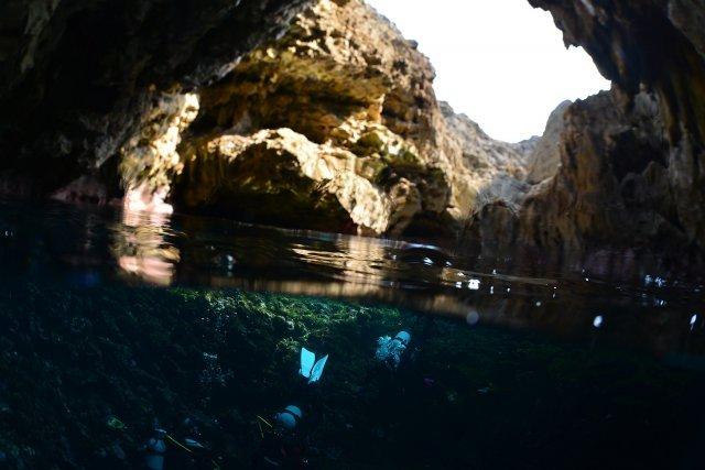 洞窟の半水面