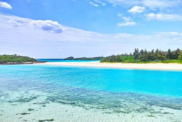 青と白のコントラストが美しい伊良部島