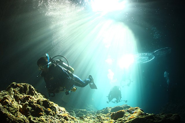 幻想的な光とダイバー