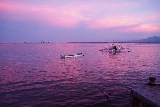 夕日に浮かぶバンカーボート