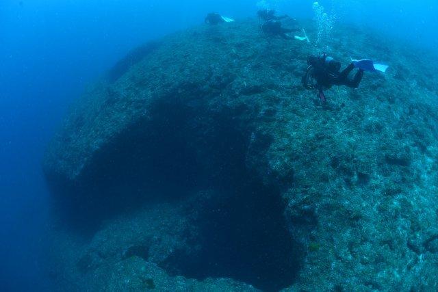 水中にぽっかり口を開ける洞窟の入り口