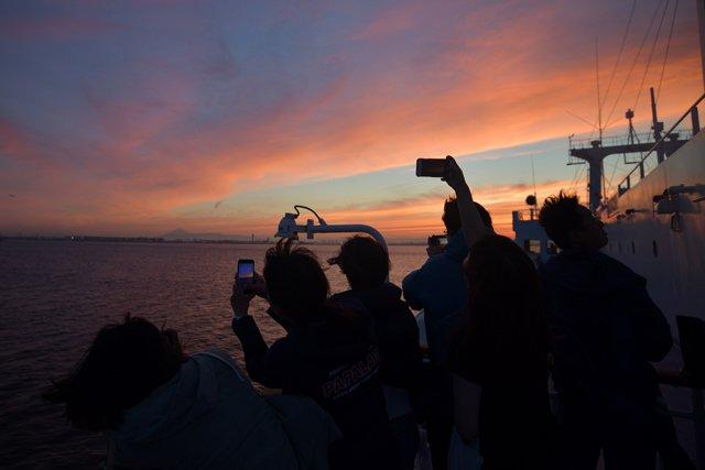 船からの夕日は絶景です。
