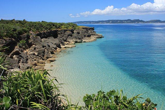 自然が残る久高島のビーチ