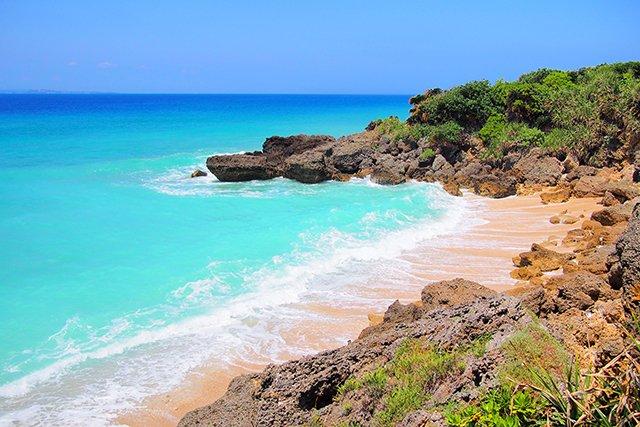 コバルトブルーの波とビーチ