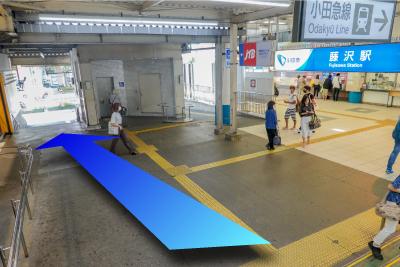 小田急線改札前を通り抜けます。